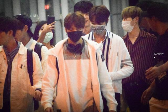 https://www.kpoptify.com/blogs/news/breaking-wanna-one-nearly-trampled-by-horde-of-fans-at-thai-airport (179307)